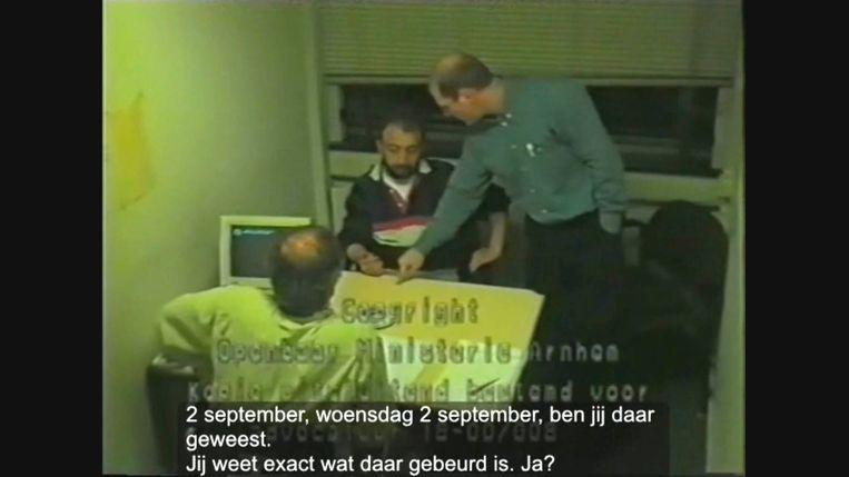 Videofragment van het verhoor van een van de verdachten van de Arnhemse villamoord. Volgens de Adviescommissie Afgesloten Strafzaken werden tijdens het onderzoek naar de moord in 1998 verhoortechnieken toegepast die de kans op onjuiste veroordelingen vergroten. Beeld
