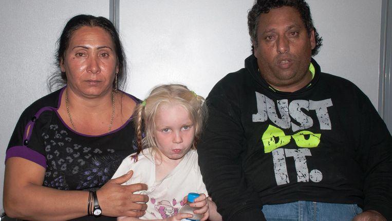 Het blonde meisje tussen de mensen die beweerden haar ouders te zijn Beeld EPA