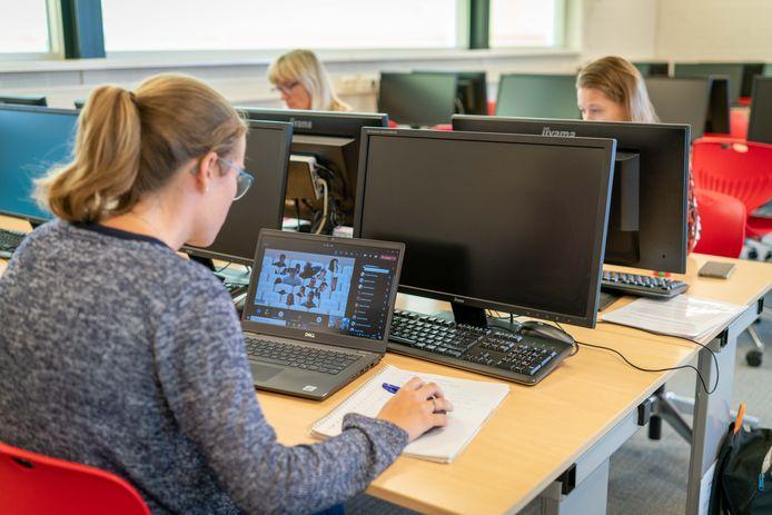 Docenten Maud Beyer, Aliki de Jonge en Annemarijn Ingelaat (vlnr) in het computerlokaal van de Zettense school, waar ze de leerlingen begeleiden en in de gaten houden tijdens hun proefwerken. Die moeten vanwege een coronauitbraak op de school thuis achter de computer worden gemaakt.