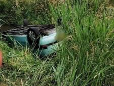 Twee inzittenden gered uit auto die op zijn kop in sloot belandt langs A59 bij Waalwijk