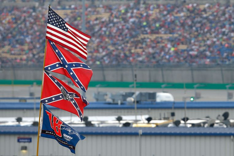 De Amerikaanse vlag en Confederatie-vlaggen bij een Nascar-race in 2015. Beeld AFP