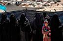 Ook de vrouwen die IS afgezworen hebben, lopen meestal nog gesluierd rond. In de kampen komen ze daar beter niet voor uit