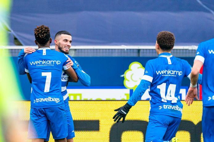 Mustafa Saymak viert zijn gelijkmaker met ploeggenoten.