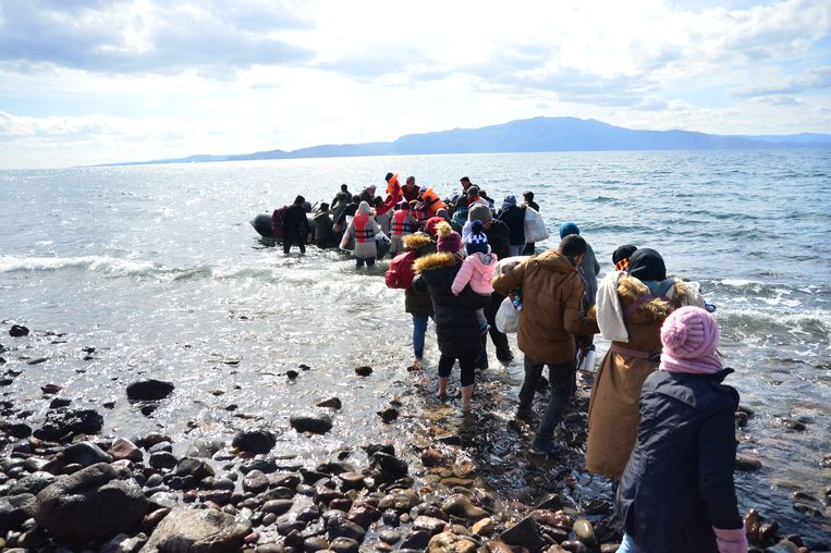 Een groep migranten stapt in Ayvacik aan de Turkse kust op een opblaasboot waarmee ze willen oversteken naar Griekenland.   Beeld Getty