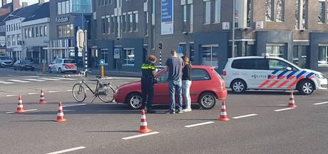 Auto schept fietser in Emmeloord