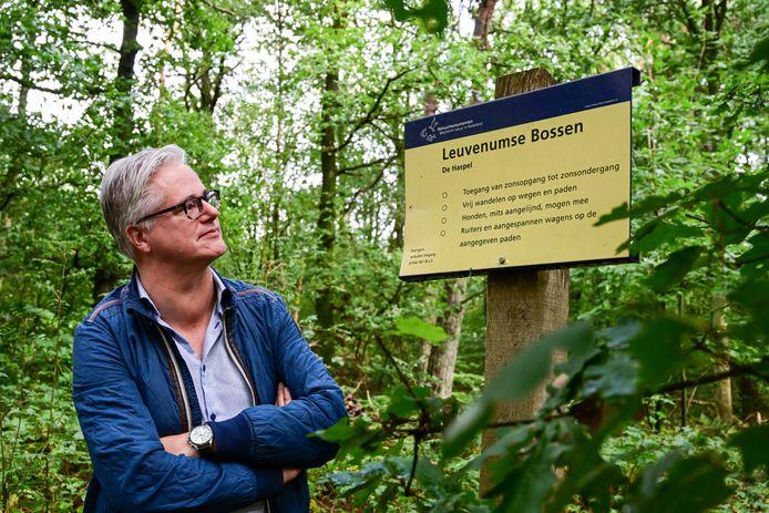 Bart van der Knaap van BurgerBelangen in het bos waar zijn partij graag een natuurbegraafplaats ziet verschijnen.