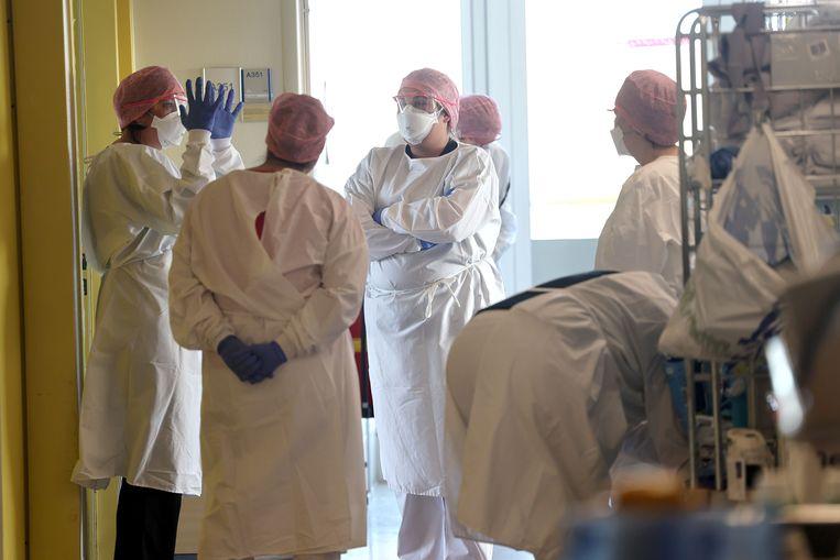 Minister voor medische zorg en sport Tamara van Ark was eerder deze week op bezoek in het IJsselland Ziekenhuis in Capelle aan den IJssel. Zij sprak daar met Rode Kruis-vrijwilligers en met zorgpersoneel. Beeld Arie Kievit