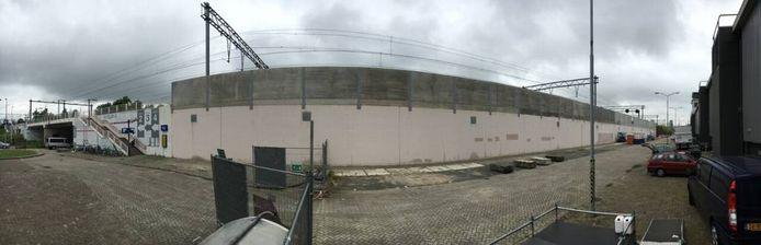 De geluidsmuur bij het Klokgebouw die volgezet wordt met graffity de komende weken. Foto Vincent Huibers