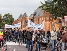 War laat van zich horen in protestmars naar stadhuis