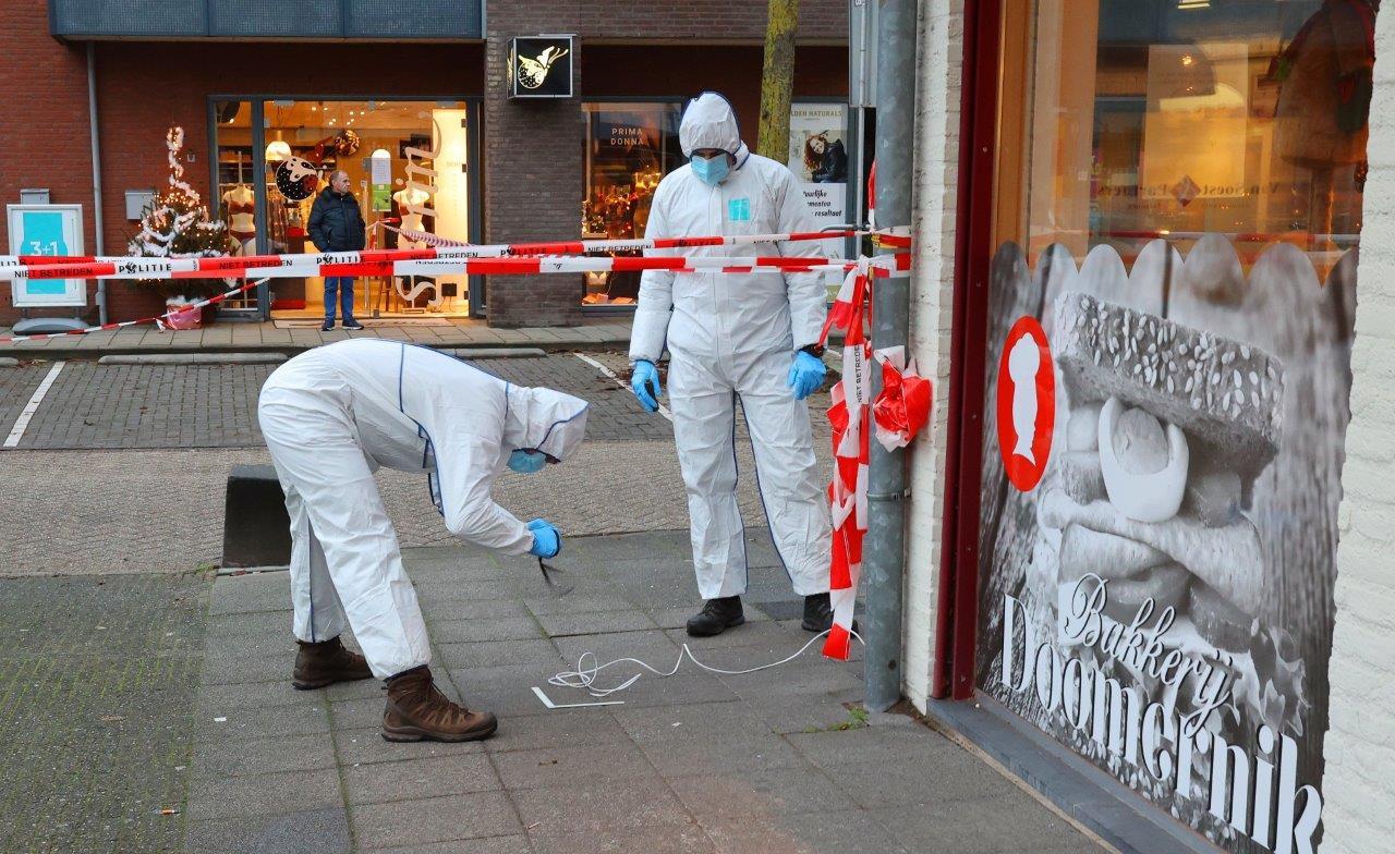 Rechercheurs doen onderzoek na de explosie in Heeswijk-Dinther.