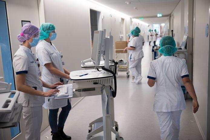 Verpleegkundigen op de speciale cohortafdeling voor coronapatiënten in het Amphia Ziekenhuis in Breda,