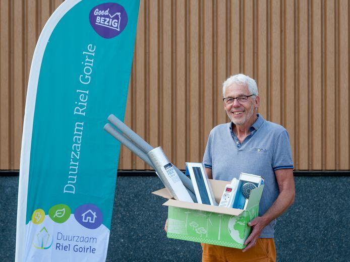 Energiecoach Piet met een energiebox, met daarin enkele voorbeelden van de producten.