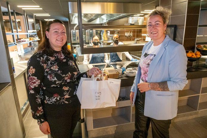 Melissa en Chantal Ova nemen het ontbijt mee naar hun kamer na een goede nacht in Hotel Zeeuws Licht waar ze gratis mochten verblijven omdat ze in de zorg werken. Op de achtergrond de personeelsleden Yonarkis Bell en Sandra Feliz (met bril).