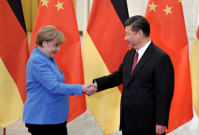 Angela Merkel en Xi Jinping schudden elkaar de hand. Beeld REUTERS