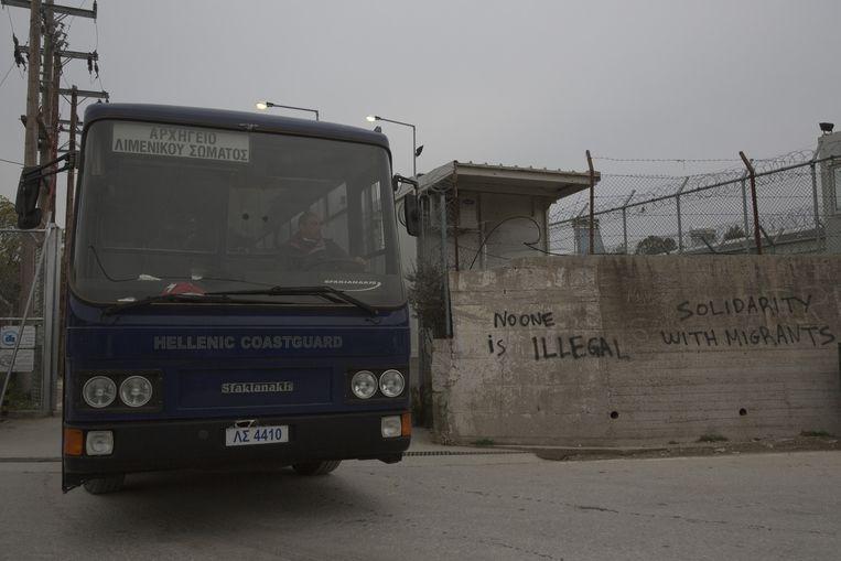 Een bus verlaat het vluchtelingenkamp Moria. Beeld ap