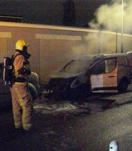 Bestelbus beschadigd bij autobrand Almelo