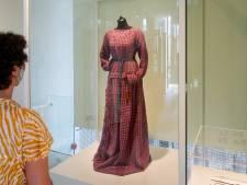 De oudste jurk van Nederland hangt in Oss: 'Mensen droegen vroeger ook al felle kleuren'