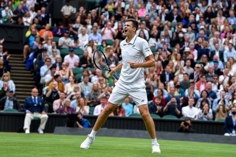 Hubert Hurkacz uit Polen viert het bereiken van de kwartfinale van Wimbledon, nadat hij de Rus Daniil Medvedev in vijf sets heeft verslagen. Beeld EPA