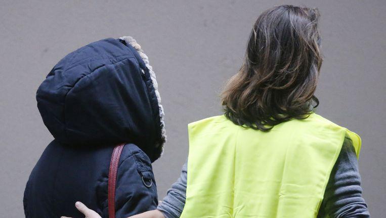 Een vrouw die op de aankomst van vlucht 4U 9525 stond te wachten wordt begeleid op het vliegveld in Düsseldorf. Beeld ap