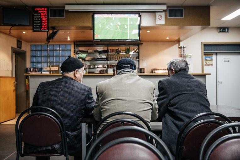 Een potje voetbal kijken in de moskee van Zele.