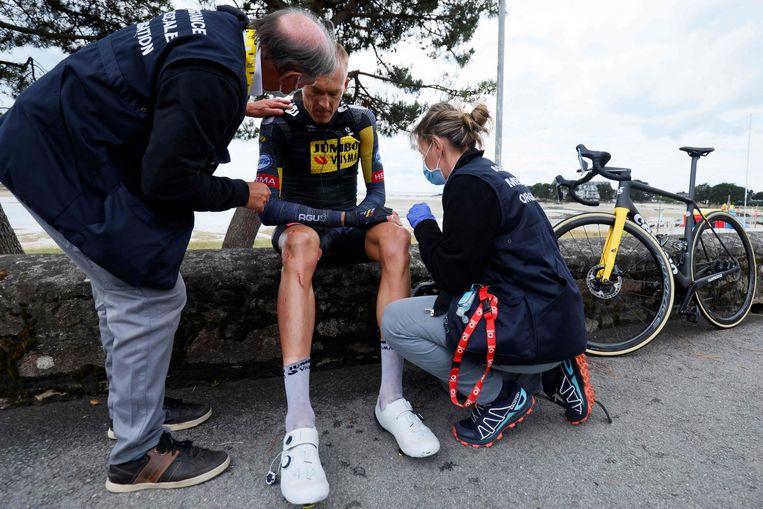 Robert Gesink komt bij op een muurtje nadat hij in de derde etappe ten val is gekomen. Hij moest de Tour daarna verlaten.  Beeld AFP