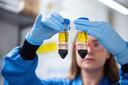 Een ontwikkelaar met het AstraZeneca-vaccin