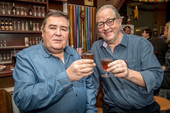 Alain Van Utterbeeck en Frank Wauters heffen het glas op de geboorte van de nieuwe whiskyclub in café Breda Jazz.