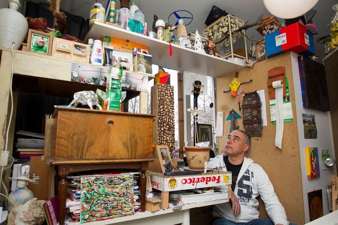 Dennis Zanoni bij het kunstwerk in zijn slaapkamer dat hij van allerlei producten uit het dagelijks leven heeft samengesteld.