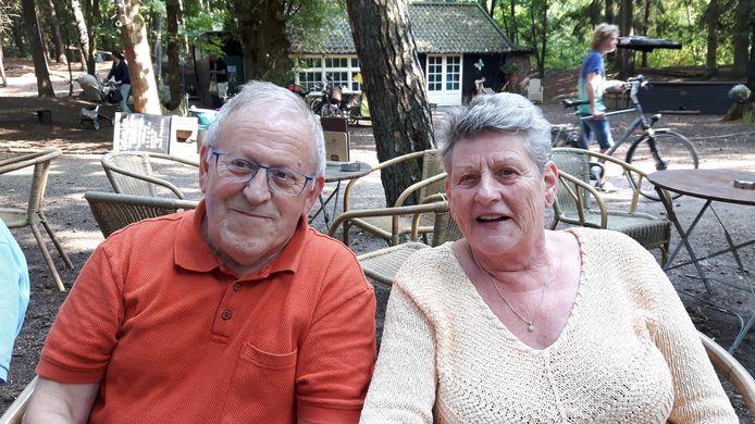 Jan de Wit en Yvonne Willems, op het terras bij De Rode Lelie, zijn de oprichters van 'Oisterwijk Wandelt'.