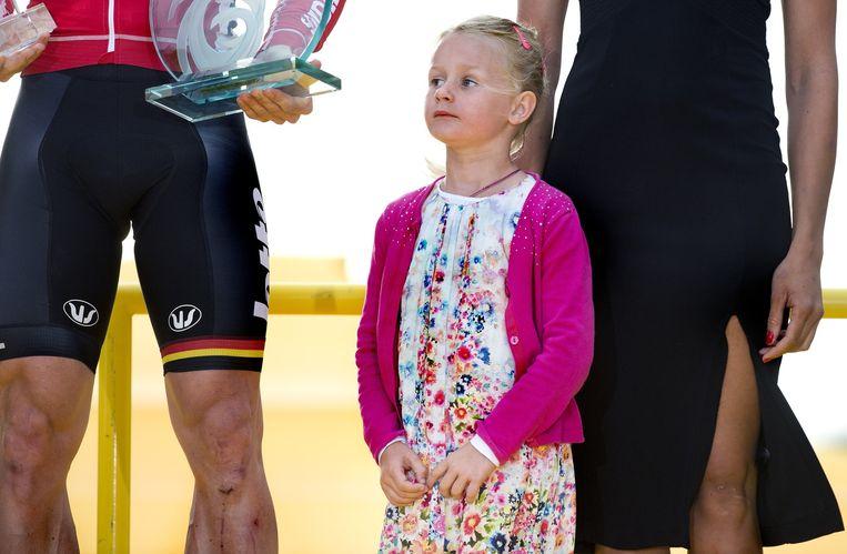 De dochter van André Greipel mag met haar vader op het podium. Beeld Klaas Jan van der Weij