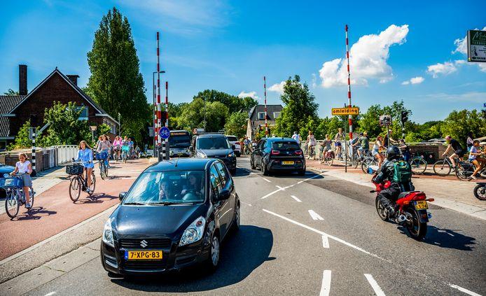 De Prinses Irenebrug in Rotterdam is een druk en soms ook gevaarlijk punt, zeker voor fietsers. De gemeente Rotterdam wil de kruising aan de zuidkant veiliger maken.