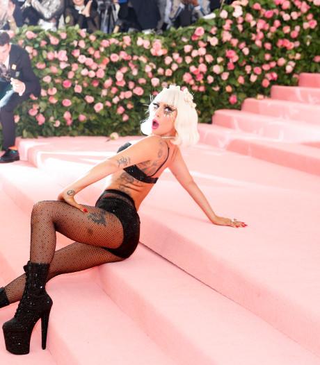 Lady Gaga maakt flinke smak van podium