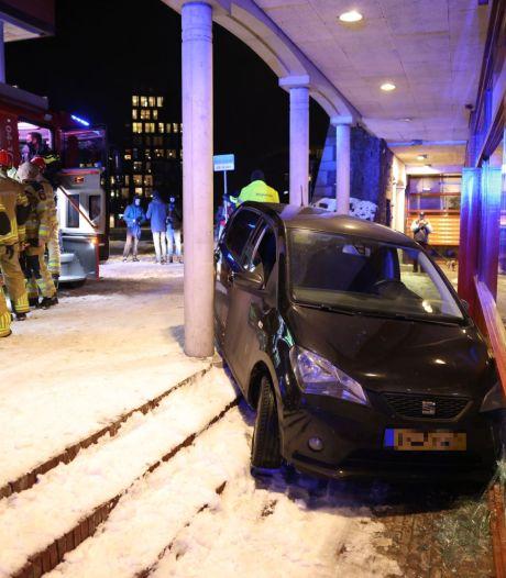Man uit Lemelerveld die zijn dochter ophaalt in Zwolle, wordt onwel en rijdt met zijn auto tegen winkelpui