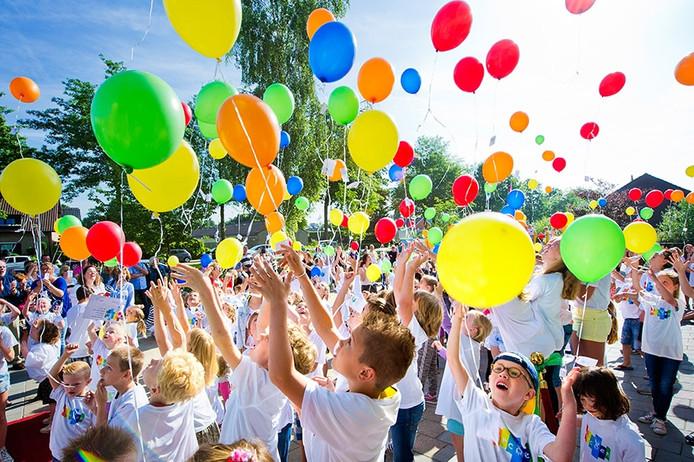 Feestelijke opening verbouwde Marcoenschool in Dorst met het oplaten van ballonnen door leerlingen