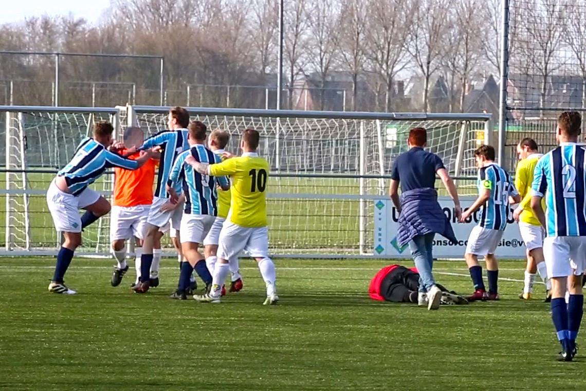Terwijl Rowan bewusteloos op de grond ligt, wordt Gianluca belaagd door medespelers van de keeper.