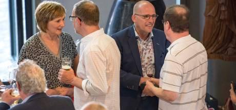 File voor handje schudden bij afscheid Hulster wethouder Frank van Driessche