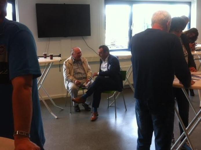 Burgemeester Nol Kleijngeld (rechts) in gesprek.