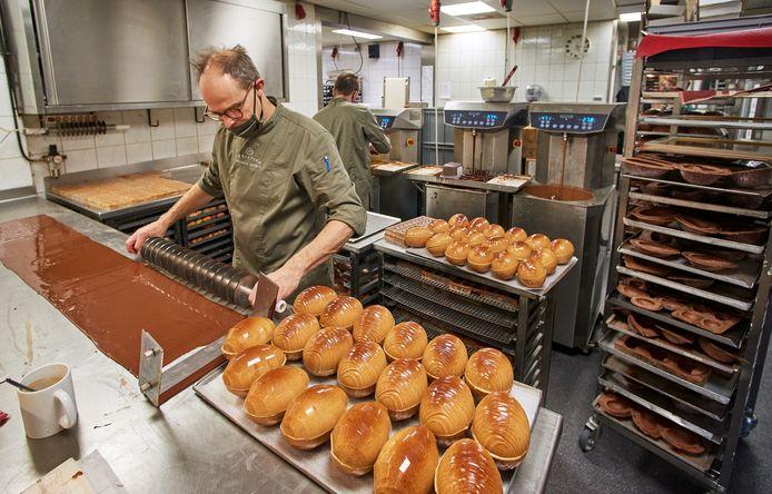 Drukte met de productie van luxe choco-paaseieren bij Christian Chocolaterie te Oss. Op de foto Christian van Kempen, die chocolade plaatjes maakt.