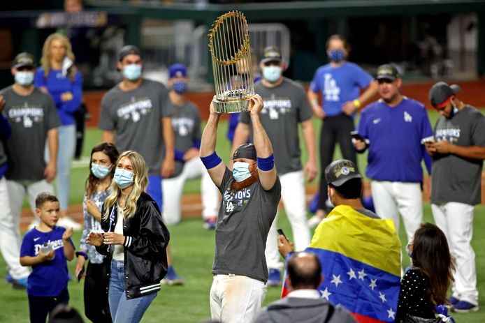 Justin Turner met de Commissioner's Trophy na het winnen van de World Series.