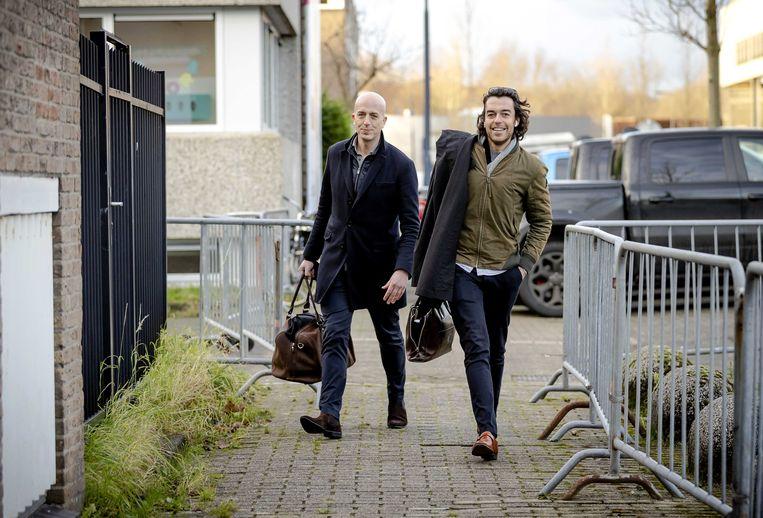 Advocaten Christian Flokstra en Juriaan de Vries komen aan bij de extra beveiligde rechtbank in Amsterdam.  Beeld ANP