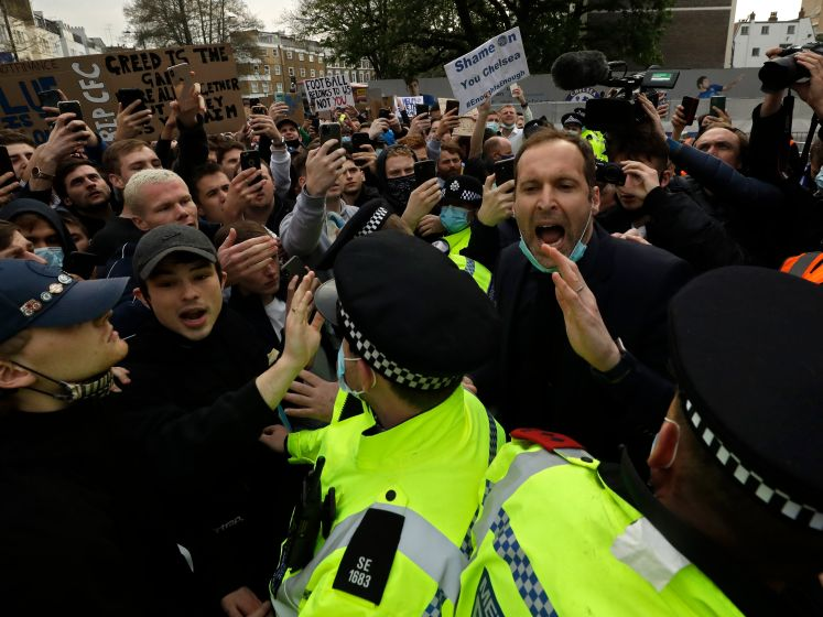 Woede en feest buiten Stamford Bridge om Super League