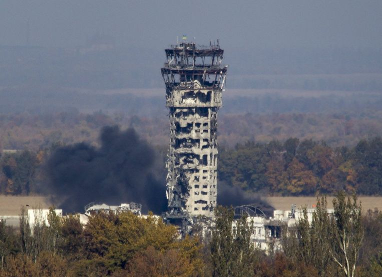 Oekraïense vlag op de zwaar beschadigde luchtverkeerstoren van Donetsk. Beeld reuters