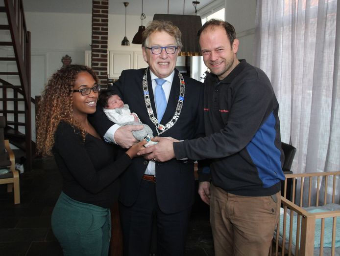 Burgemeester Harry Keereweer met Thiago en zijn ouders Yuni en Daan.