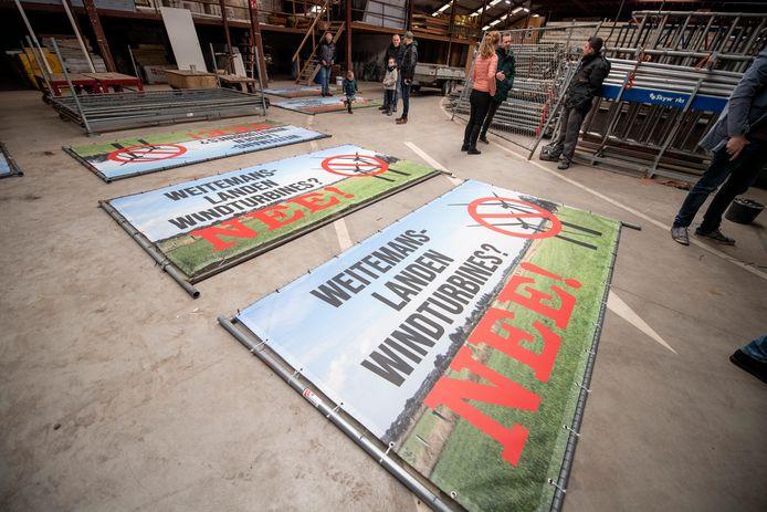 Bewoners van de Weitemanslanden protesteren. De gemeenteraad wil dat de communicatie over de energiestrategie beter wordt.