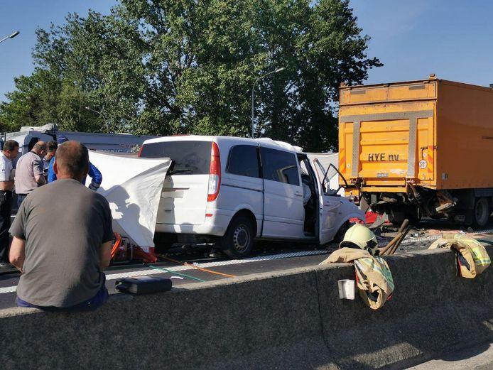 In Sint-Niklaas reed een bestelwagen te pletter op de achterkant van een vrachtwagen. Ook hier viel een dodelijk slachtoffer.