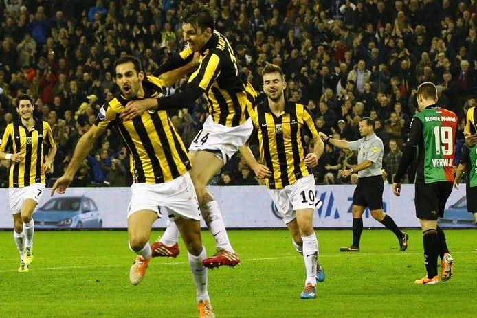 Vitesse juicht na de 1-0 van Dan Mori (2e van links) in het toen nog sponsorloze shirt.