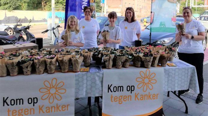 Enkele vrijwilligers verkochten plantjes bij de Delhaize in Schelle.