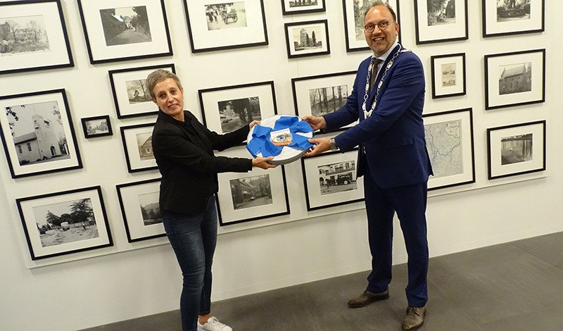 Mariëlle Horsting van Filmhuis Didam overhandigt de petitie met 2660 handtekening voor behoud van het filmhuis aan burgemeester Peter de Baat. Foto ter illustratie.