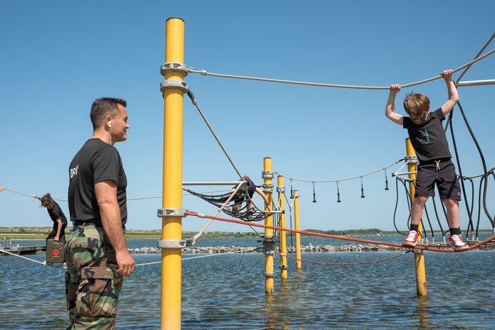 Dennis Molendijk (donker haar), oud-marinier en oprichter van Isshoni Karate Zierikzee, heeft een samen met The Five Legend oud-Mariniers (vrienden van de Marine) bootcamp georganiseerd. Zo'n 50 kinderen voerden in verschillende groepen opdrachten uit.