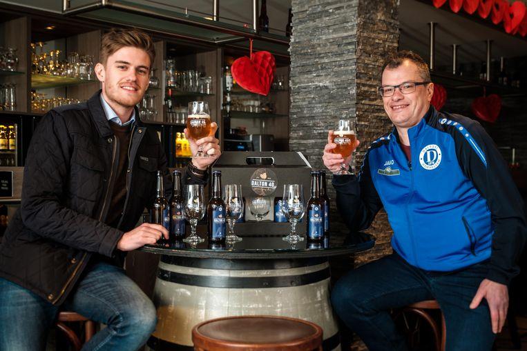 Ter ere van hun veertigjarig bestaan hebben de voetballers van Dalton het bier Dalton 40 gebrouwen. Philip Convent en Erik Verhaegen.